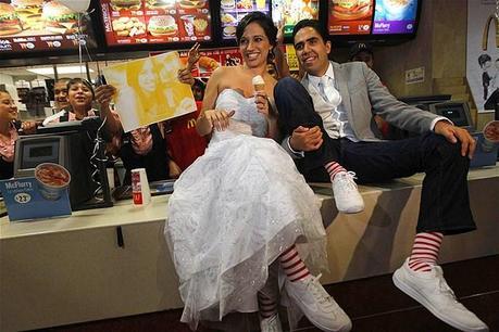 Esta pareja ama la comida rápida